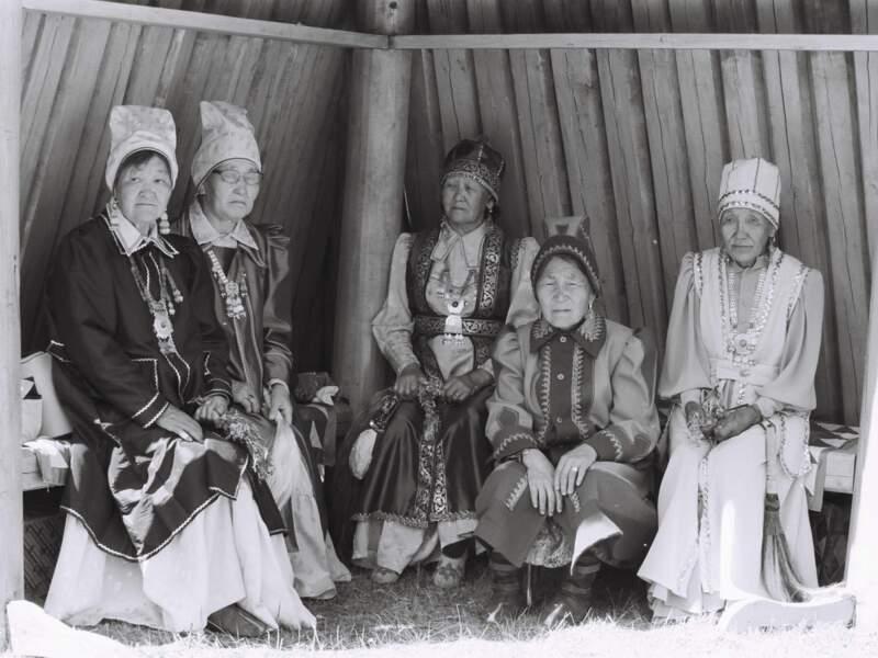 Ces vieilles dames, en tenue d'un autre temps, attendent le début de la cérémonie (République de Sakha, Sibérie, Russie).