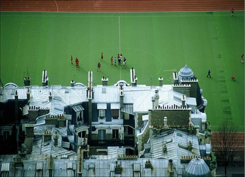 Terrain de foot, vu depuis la tour Eiffel, à Paris (France).