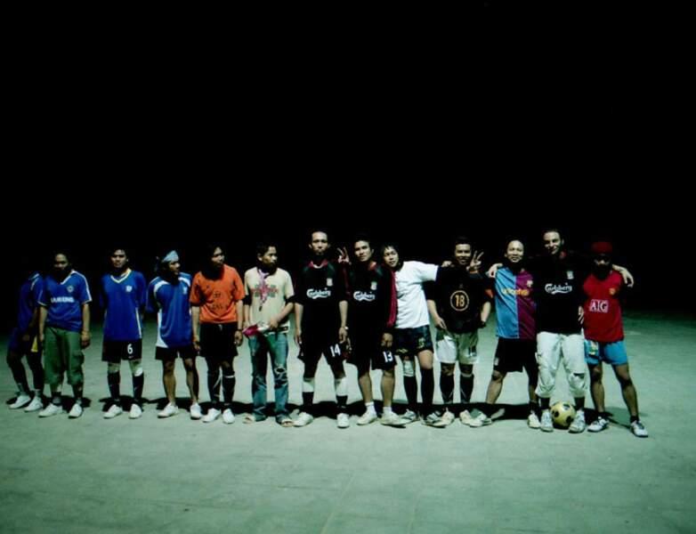 Une équipe de foot composée de travailleurs asiatiques, dans le désert d'Arava, en Israël.