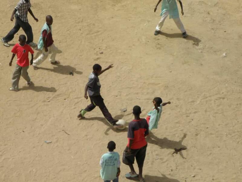 Match de foot de rue à Rufisque, au Sénégal.