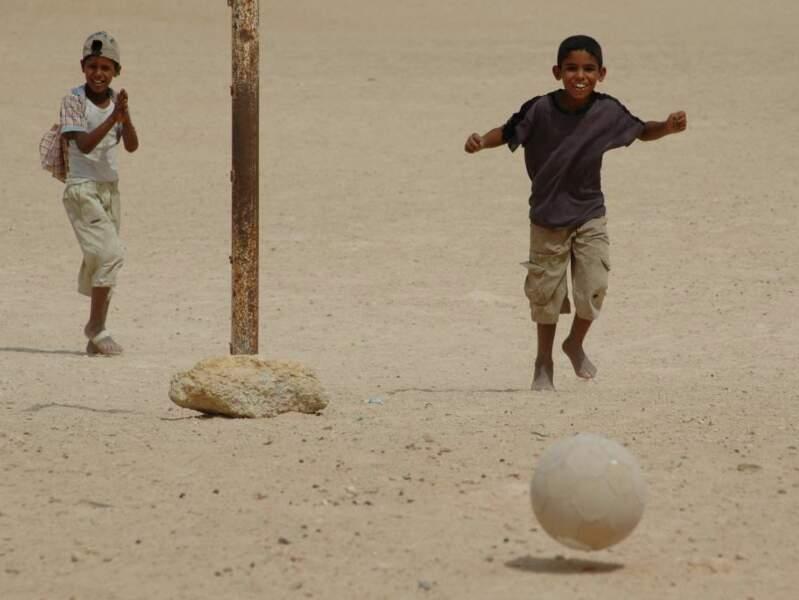 Des enfants jouent au foot en Tunisie.