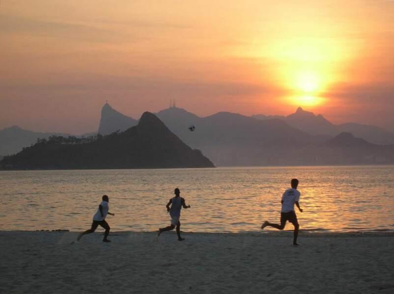 Match de foot sur une plage de Niterói, au Brésil.