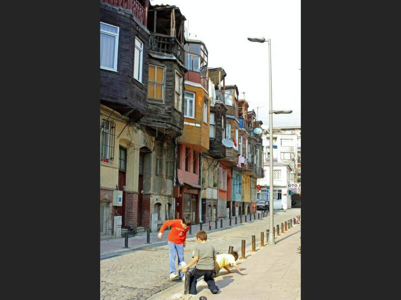 Un groupe d'enfants joue au foot dans un quartier populaire d'Istanbul, en Turquie.