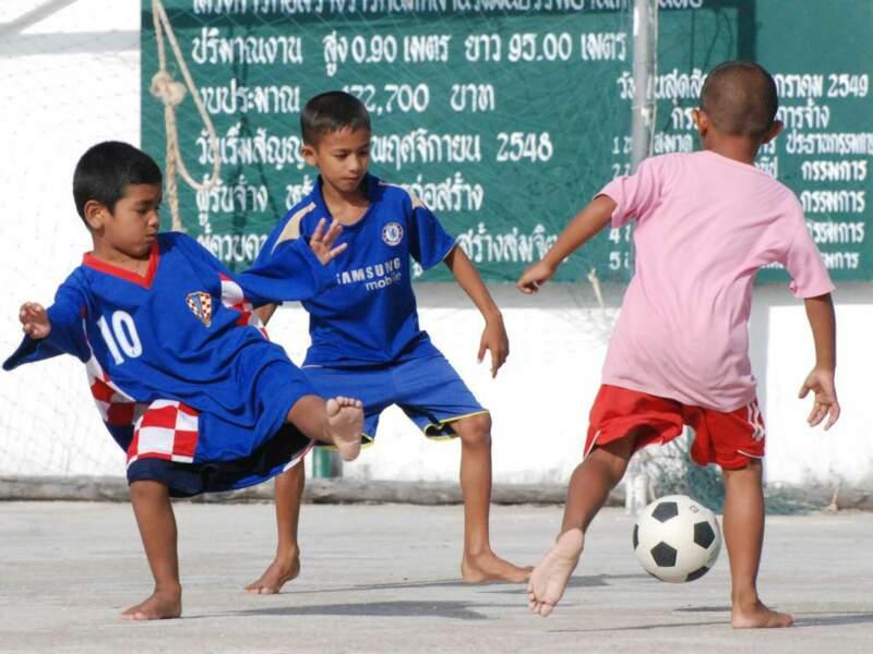 Scène de foot dans la cour d'une école à Ko Panyi, en Thaïlande.