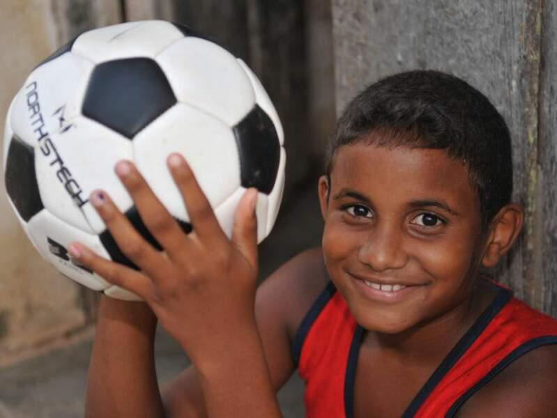 Cet enfant cubain pose avec son ballon de football, à La Havane, à Cuba.