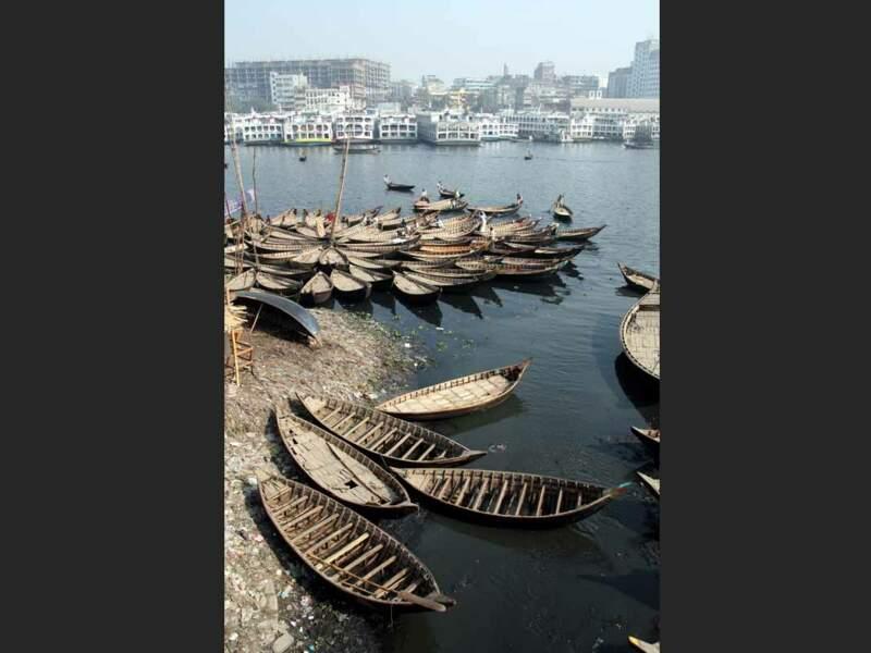 Sur le fleuve Buriganga voguent de nombreux navires de tailles différentes (Dacca, Bangladesh).