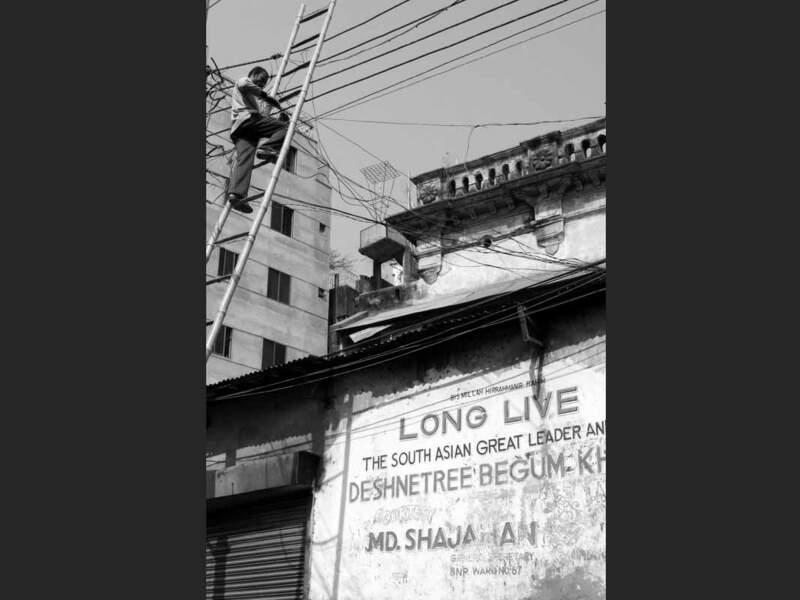 Cet homme bricole des câbles électriques à Dacca, au Bangladesh.