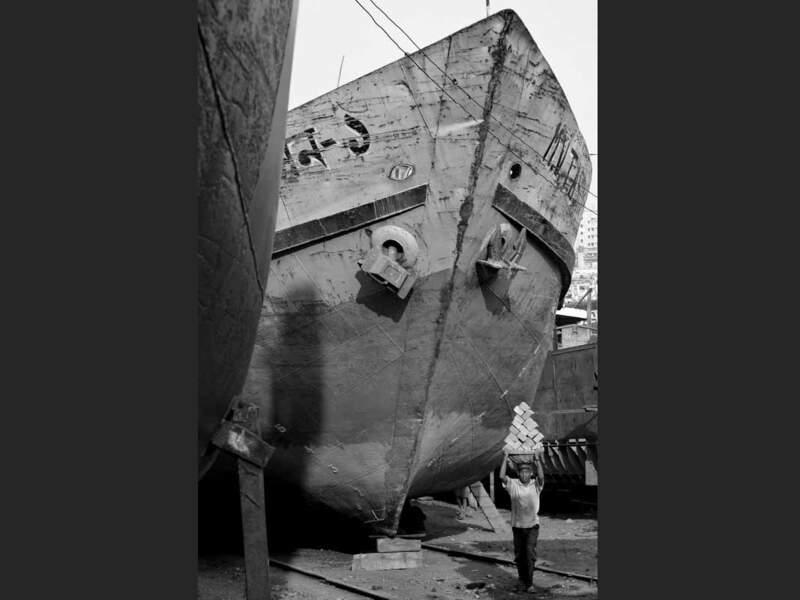 Cet homme transporte des briques sur le chantier naval de Dacca, au Bangladesh.