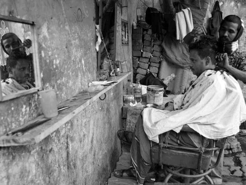 Un salon de coiffure de rue à Dacca, au Bangladesh.
