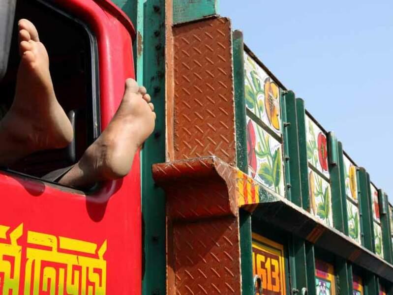 Un chauffeur attend qu'on charge son camion, à Khulna, au Bangladesh.