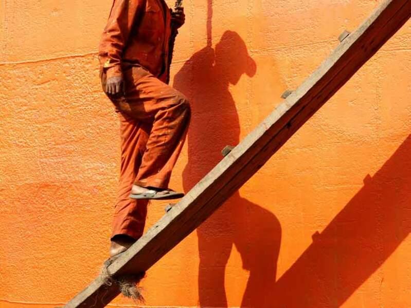 Sur le chantier naval de Dacca (Bangladesh), cet ouvrier travaille simplement chaussé de claquettes.