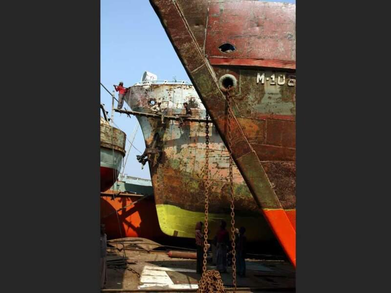 Des ouvriers travaillent sur le chantier naval de Dacca (Bangladesh) dans des conditions de sécurité inexistantes.