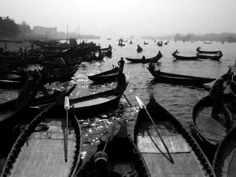 Nombreux sont ces passeurs du gué qui permettent de traverser le fleuve Buriganga, à Dacca, au Bangladesh.