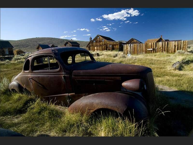 Voiture abandonnée dans le village fantôme de Bodie, en Californie (Etats-Unis).