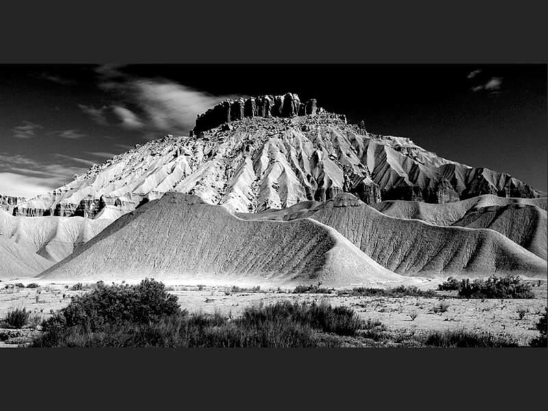 Une butte montrant les restes d'une sédimentation passée dans l'Utah, Etats-Unis.