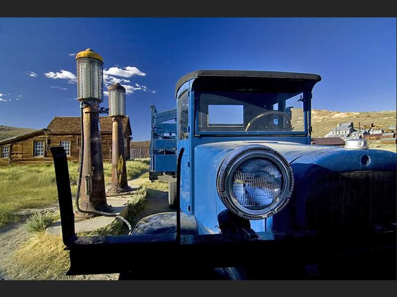 Station essence abandonnée dans le village fantôme de Bodie, en Californie (Etats-Unis).