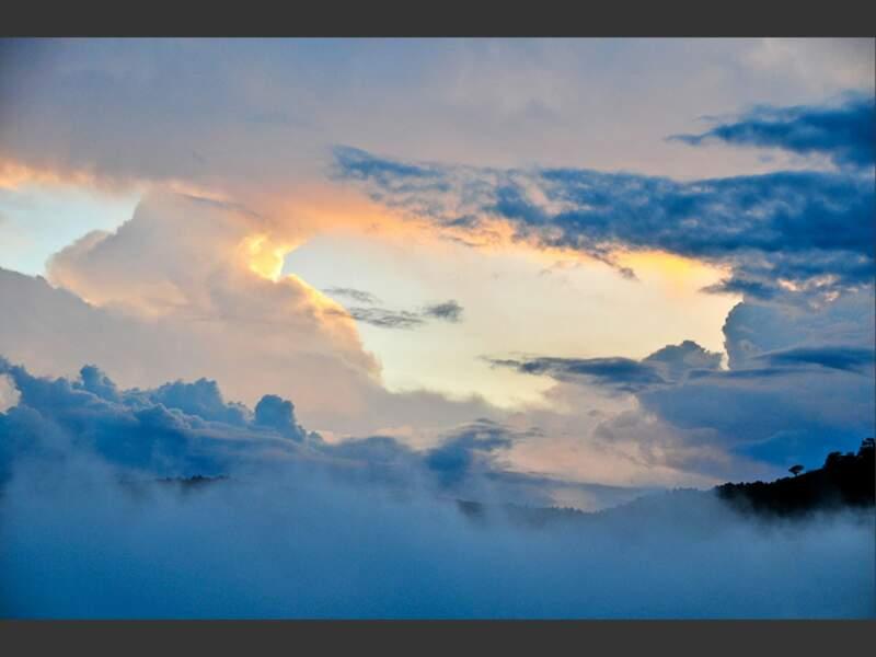 Le soleil se couche sur les montagnes, près du volcan Turrialba, au Costa Rica