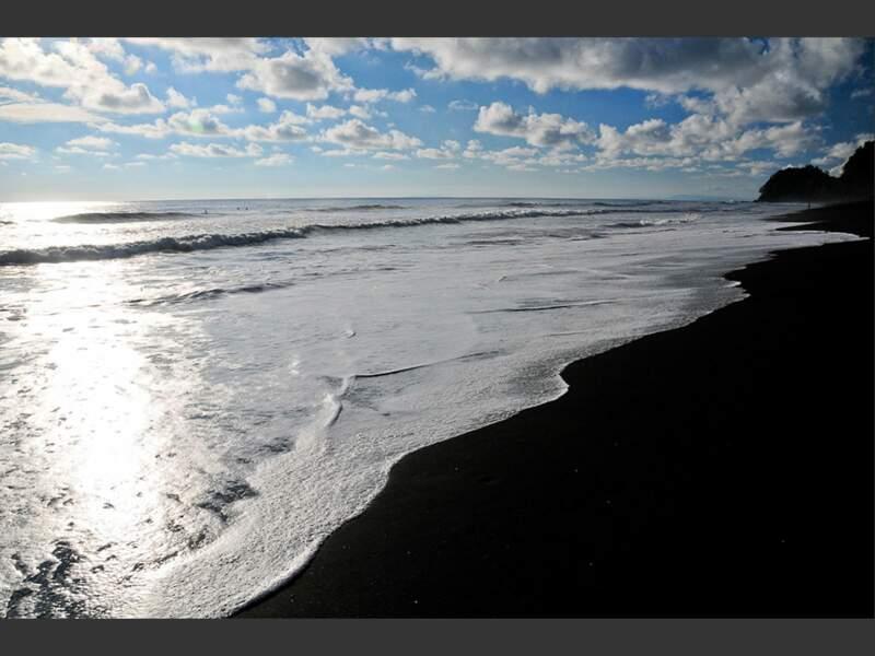 Plage de sable noir, sur la côte pacifique du Costa Rica