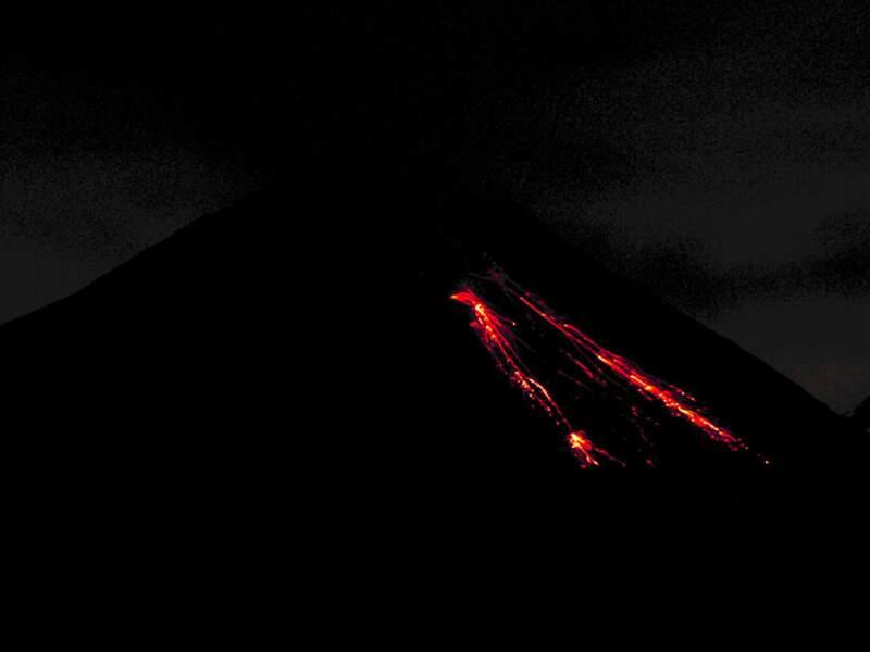 La lave dévale les flancs de l'Arenal, l'un des cinq volcans actifs du Costa Rica