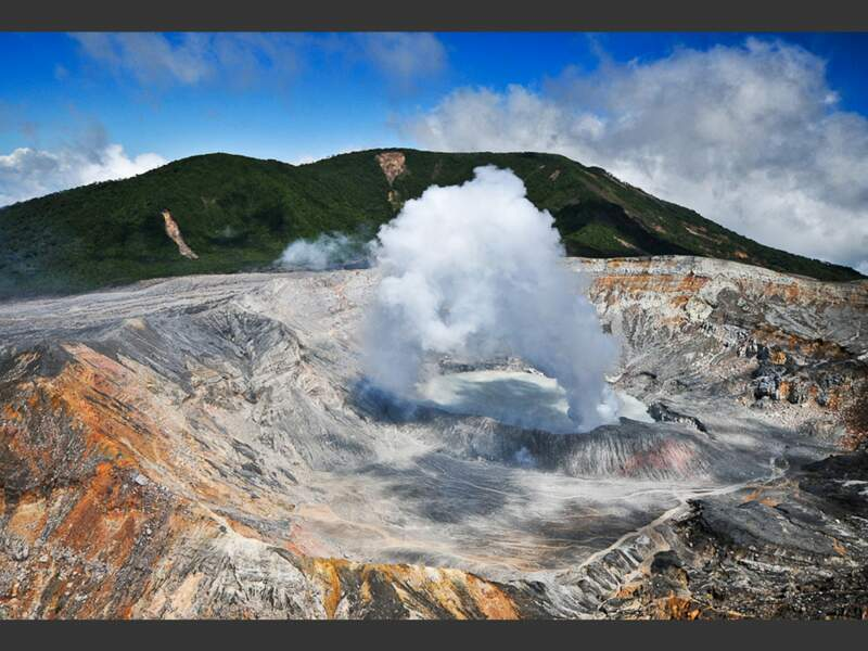 Le volcan Poás, au Costa Rica, crache sa fumée
