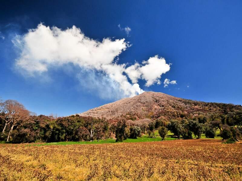 Au Costa Rica, le volcan Turrialba fume