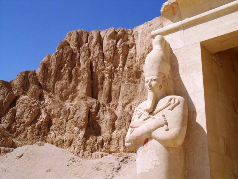 Statue d'Hatshepsout, souveraine de l'ancienne Egypte, située près de Louxor, en Egypte.