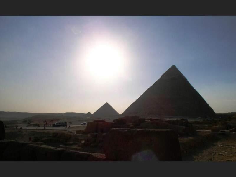 Le crépuscule tombe sur les trois pyramides du plateau de Gizeh, en Egypte.