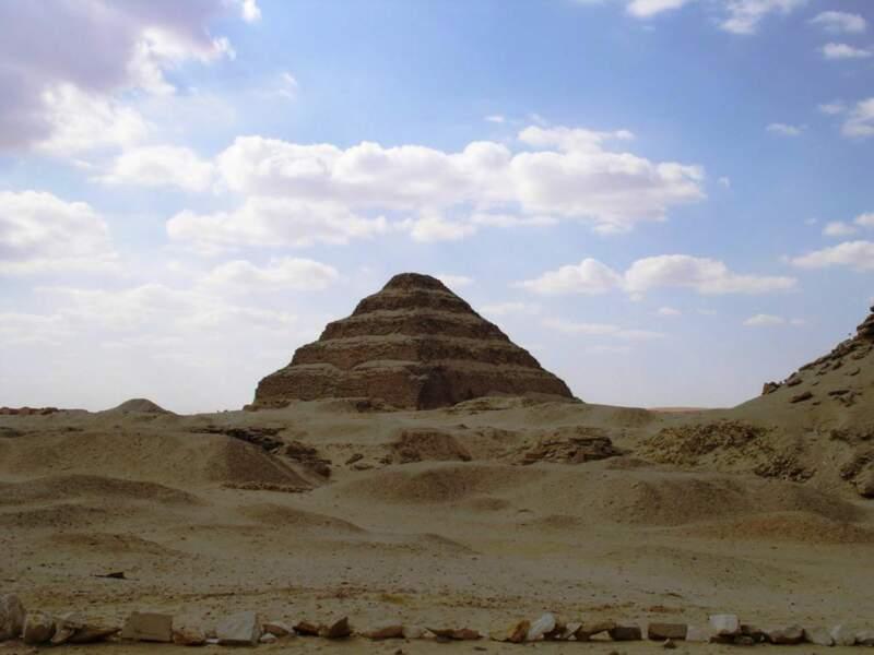 La pyramide à degrés de Djéser, située sur la nécropole de Saqqarah, en Egypte.
