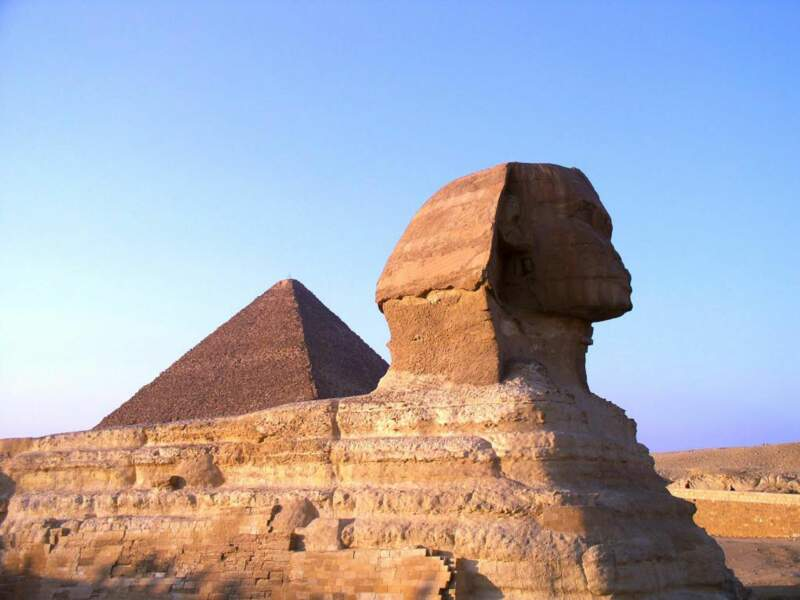 Le Sphinx de Gizeh se dresse sur le plateau de Gizeh, en Egypte.