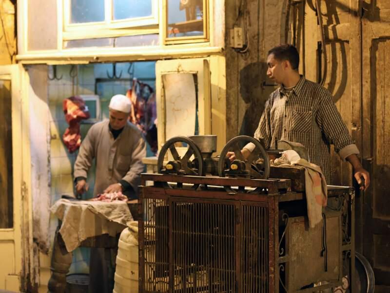 Les boutiques et ateliers du Caire sont ouverts en soirée.