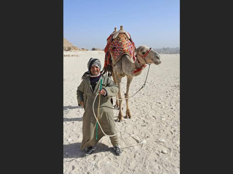 Un commerçant proposant des tours en chameau