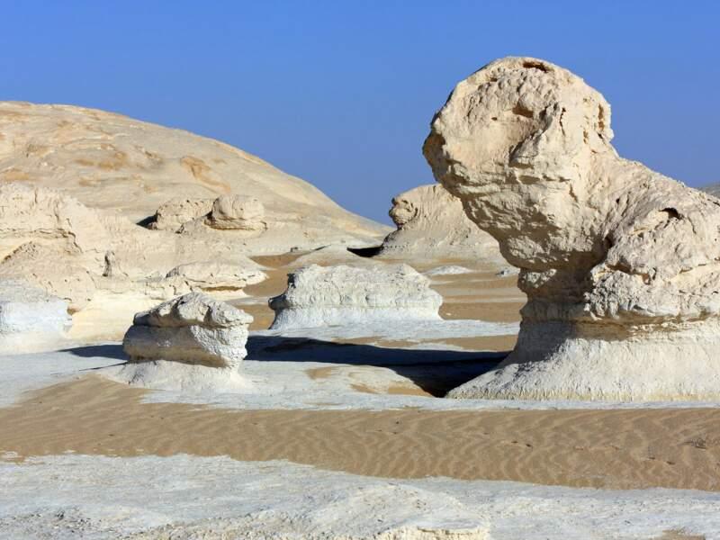Formes fantastiques de rocher dans le Désert Blanc.