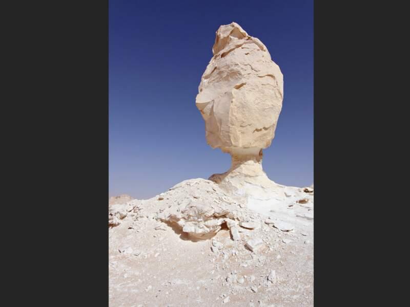 La silhouette de ce rocher contraste avec le ciel.