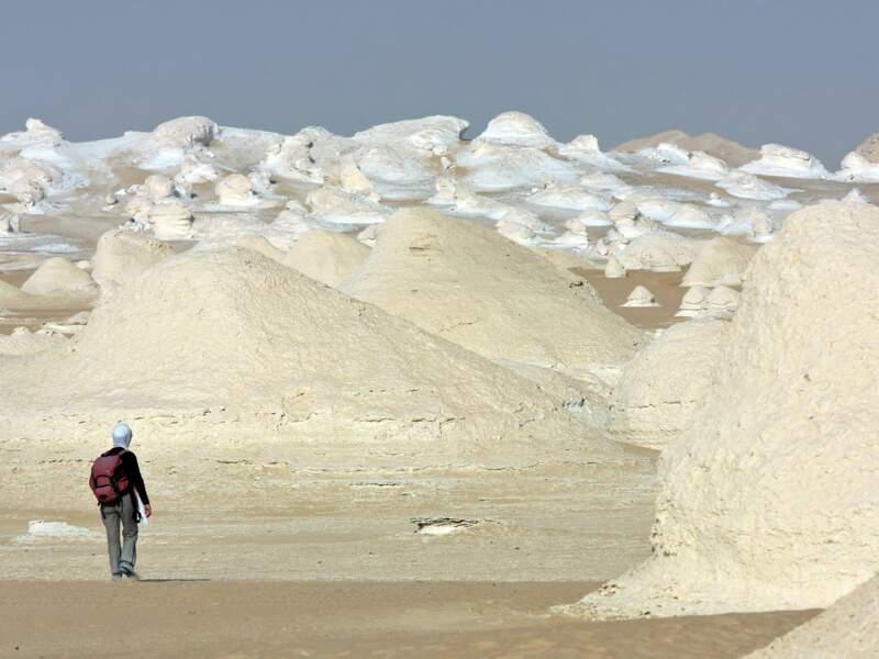 Promeneur devant des rochers blancs
