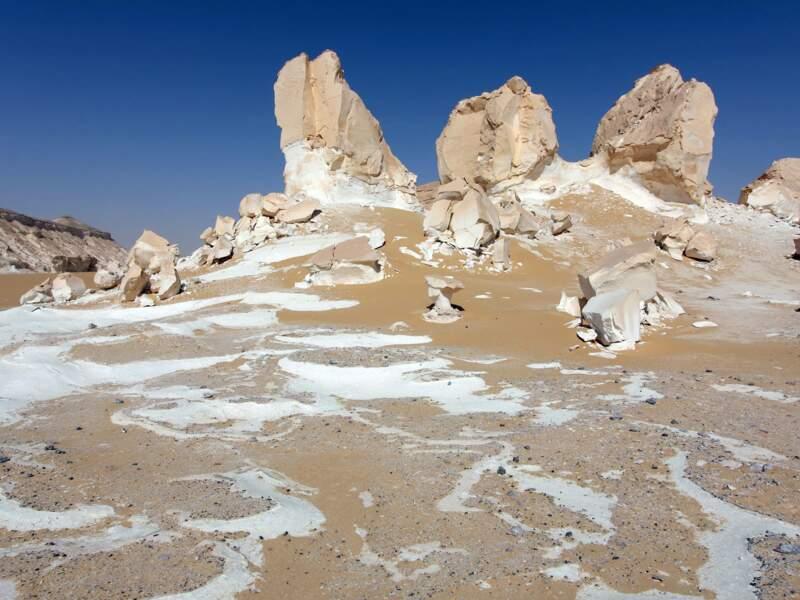 La poussière de craie répandue comme du sucre glace dans le Désert Blanc.
