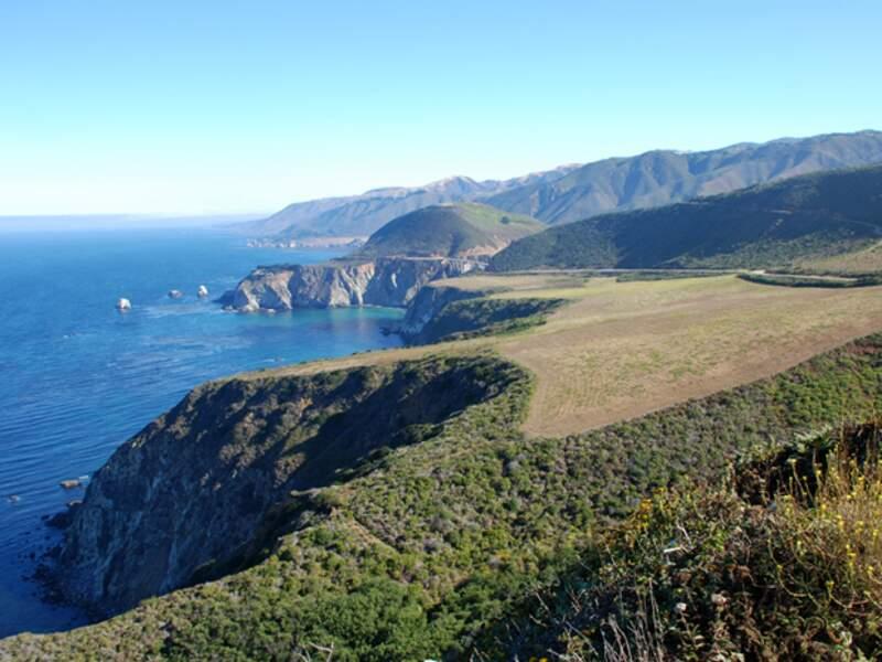 La Highway 1 offre des vues sublimes sur les falaises de Big Sur