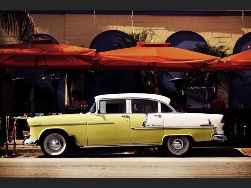 Chevrolet Bel air garée sur Ocean Drive, à Miami Beach, en Floride, aux Etats-Unis.