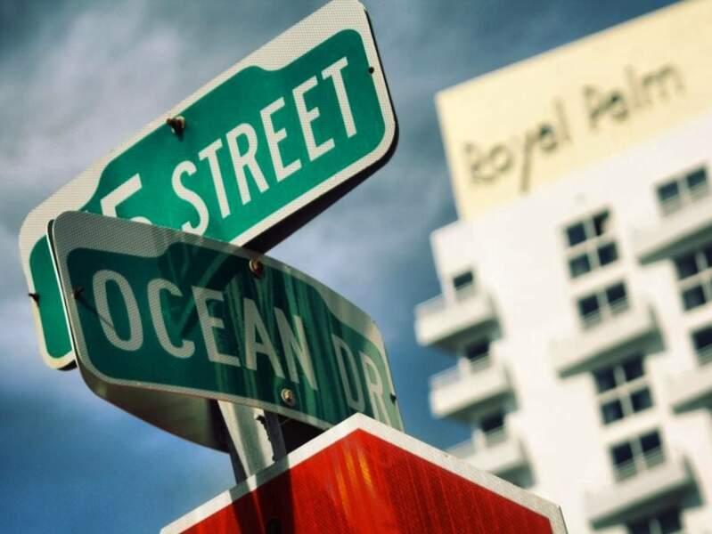 Au croisement de deux rues importantes à Miami Beach, en Floride, aux Etats-Unis.