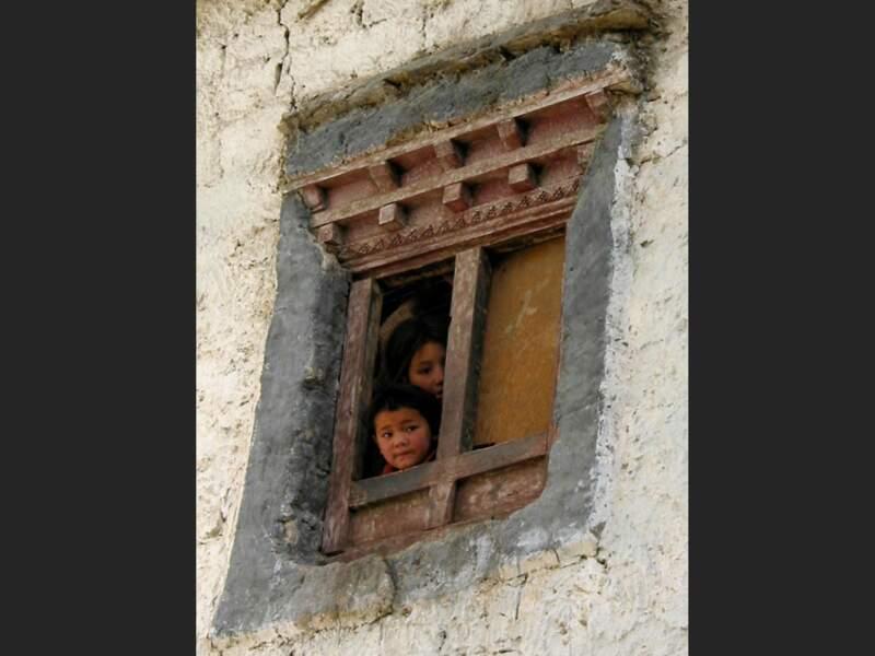 Enfants intrigués à Lamayuru dans la région du Zanskar, en Inde