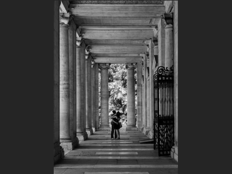 Couple d'amoureux échangeant un baiser près du palais Neuf, sur le place du Capitole, à Rome (Italie).