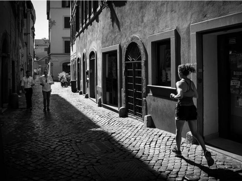 Scène de vie matinale dans le quartier du Trastevere, à Rome, en Italie.