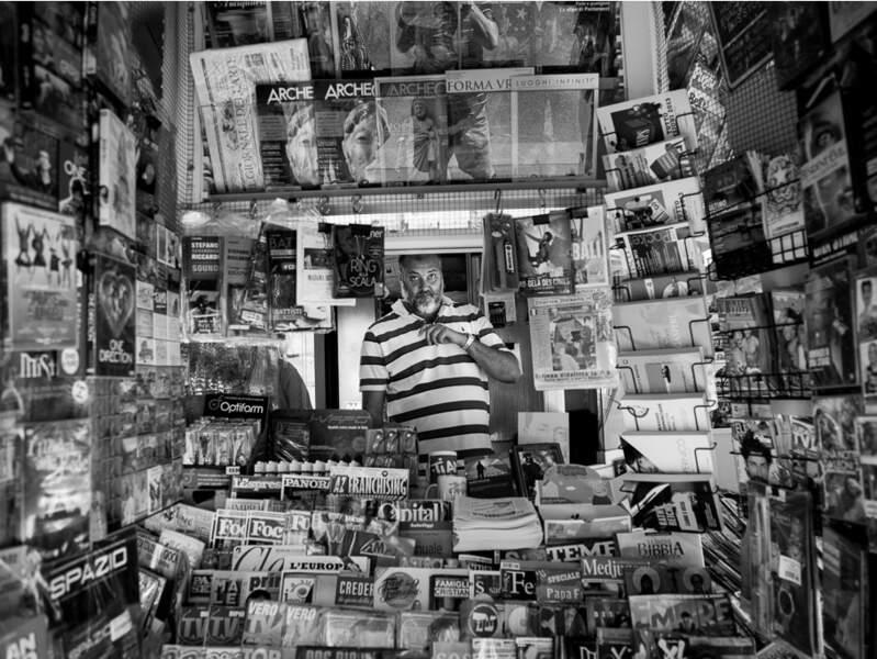 Kiosquier sur un boulevard du Trastevere, à Rome, en Italie.