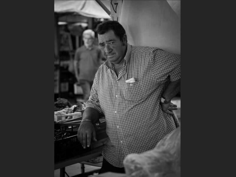 Vendeur de fruits et légumes sur le marché du Trastevere, à Rome, en Italie.