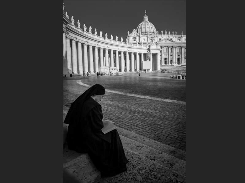 La place Saint-Pierre-de-Rome au petit matin, au Vatican, en Italie.