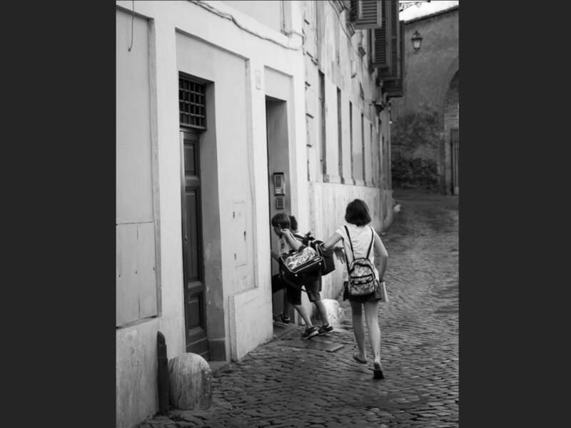 Enfants qui s'engouffrent dans leur école au petit matin, dans le quartier du Trastevere, à Rome, en Italie.