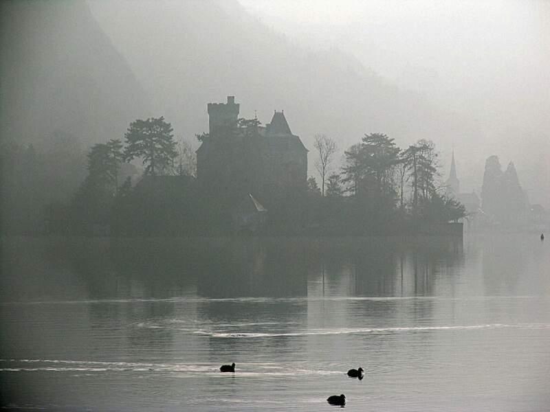 Le château de Ruphy, situé sur la presqu'île de Duingt, semble flotter sur le lac d'Annecy (Rhône-Alpes, France).