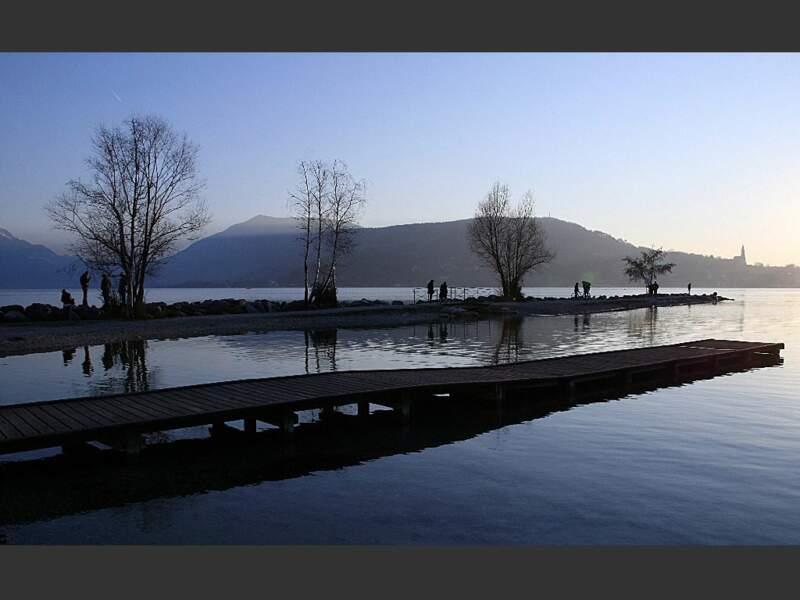 Le lac d'Annecy, à la fois discret et majestueux, est un lieu de villégiature d'exception (Rhône-Alpes, France).