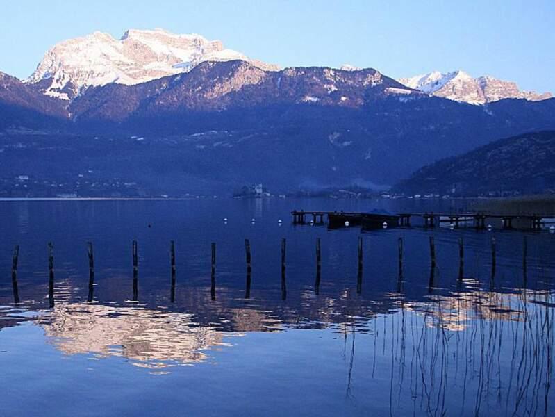 Situé au pied du lac d'Annecy, le sommet de la Tournette, qui appartient au massif des Bornes, culmine à 2351 mètres d'altitude (Rhône-Alpes, France).