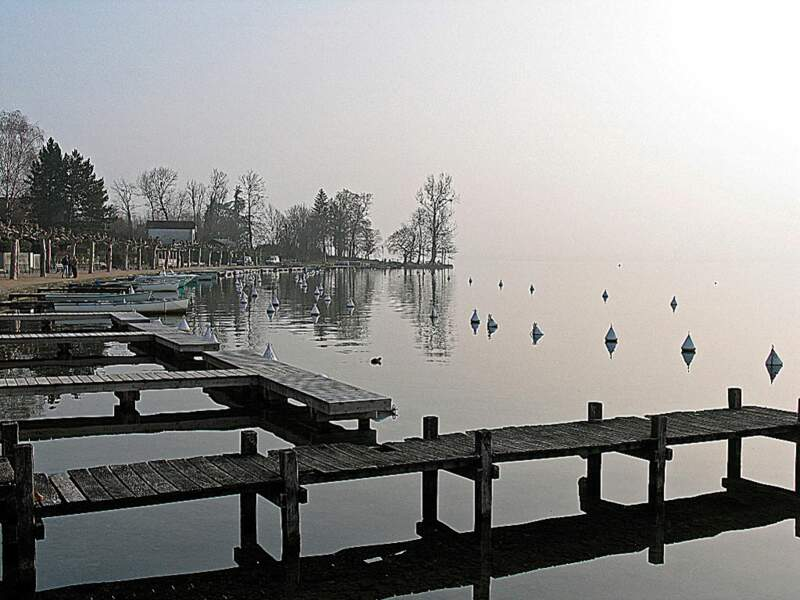 Située sur la rive est du lac d'Annecy, la commune de Menthon-Saint-Bernard possède un port de plaisance agréable en été (Rhône-Alpes, France).