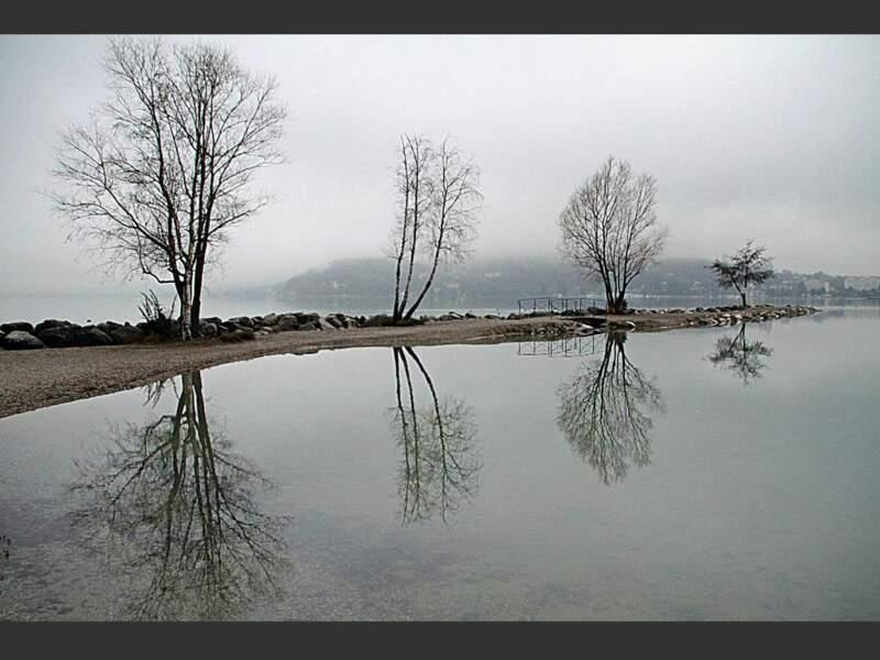 Une brume épaisse recouvre le lac d'Annecy en cet après-midi d'hiver (Rhône-Alpes, France).